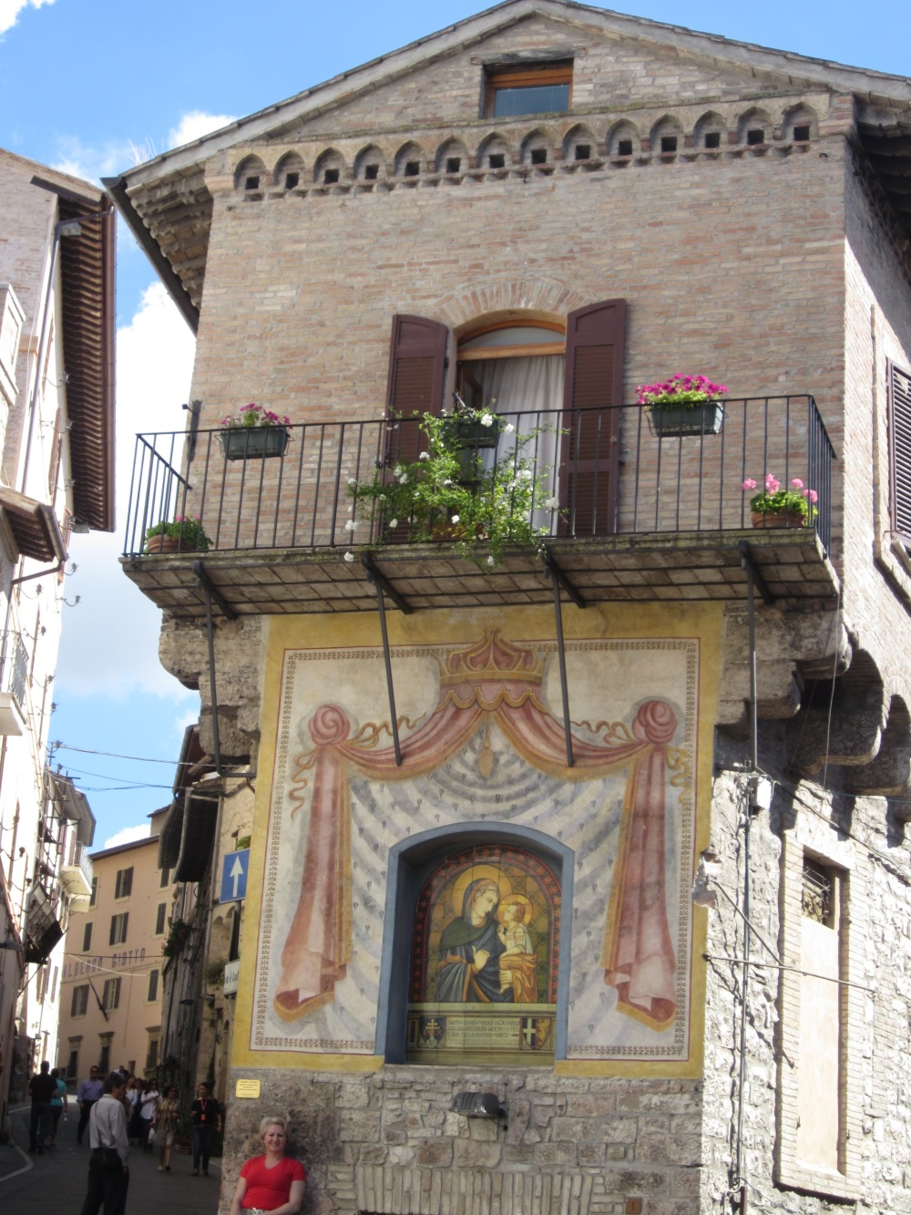 Hand-painted Madonna on façade of noble palazzetti in Assisi -- Copyright  Francesca Mignosa 2013